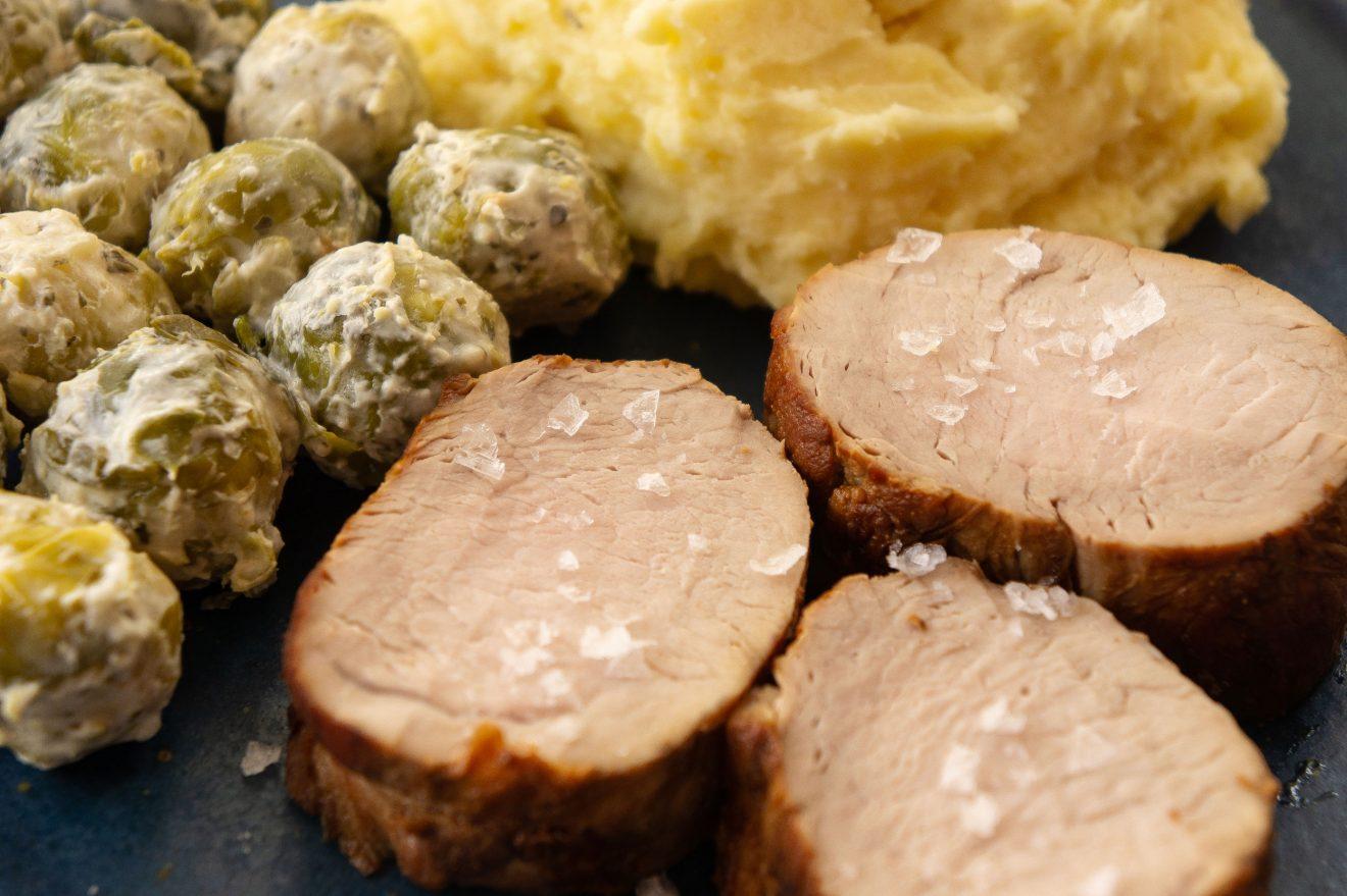 Schweinslungenbraten, Erdäpfel Kren Püree, Kohlsprossen, Schweinefilet, Kartoffel Meerrettich Püree, Rosenkohl