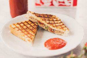 Gegrilltes Sandwich mit Rindfleischsalat