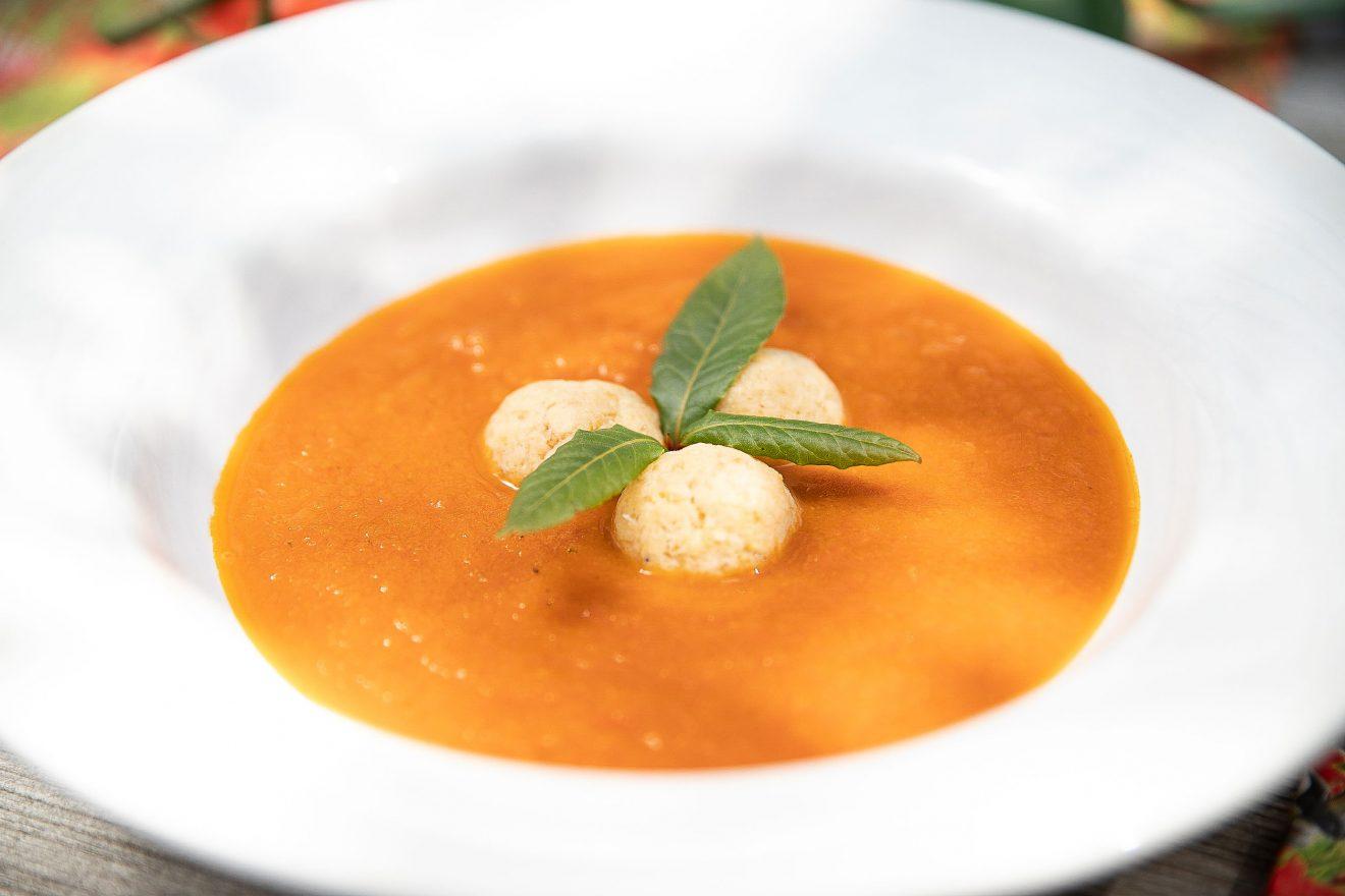 Lorbeer Tomaten Suppe mit Parmesanknödeln