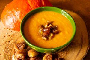 Kürbis-Sellerie-Suppe mit Chilimaroni