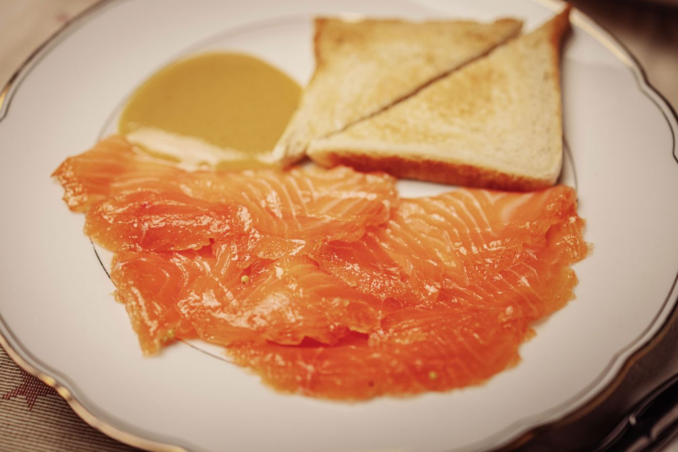 Gebeizter Lachs mit Honig-Senf-Sauce